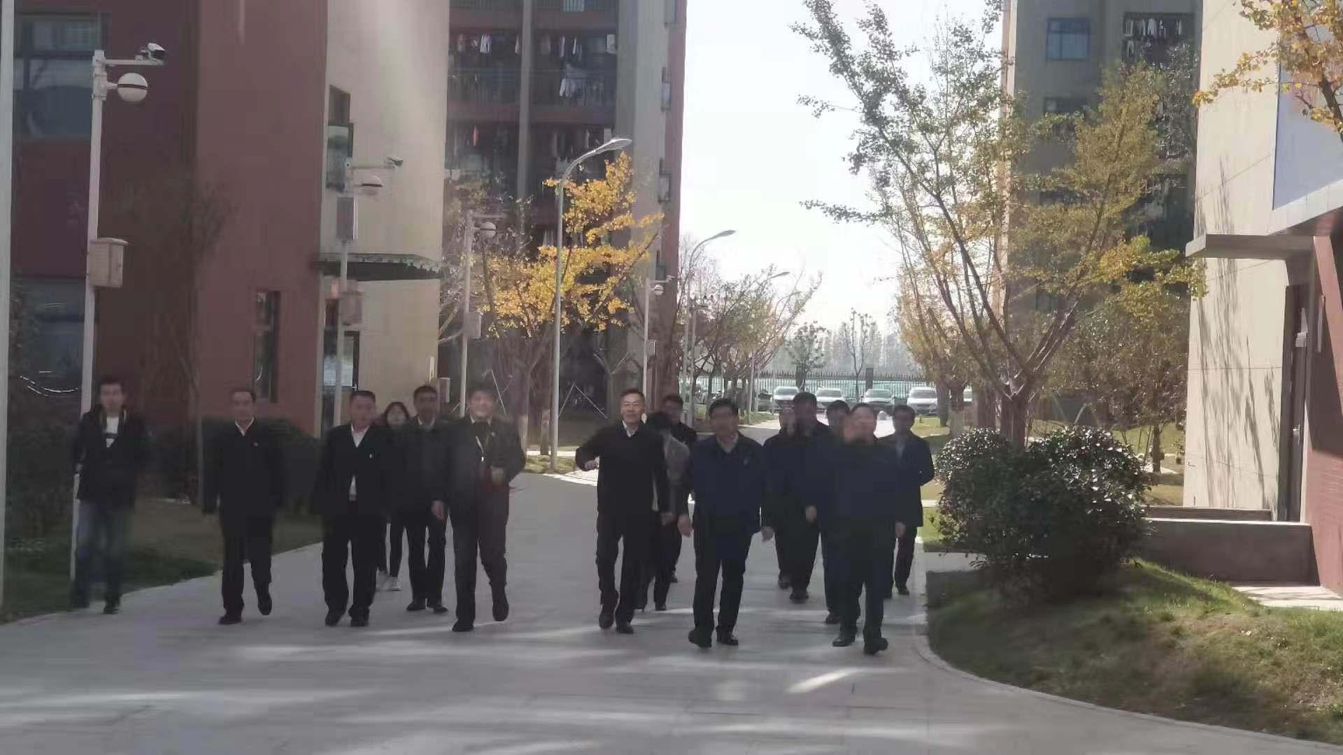 息县县长袁钢陪同河南省教育厅领导小组到华师中范大学新厨帮厨房参观指导